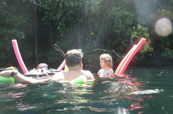 老外在水母湖游玩